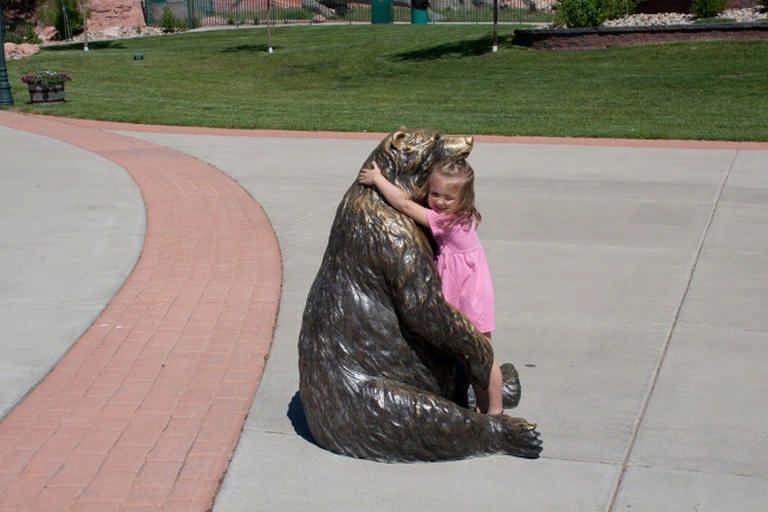 Как дети фотографируются с памятниками. Вот кто истинный ценитель прекрасного!