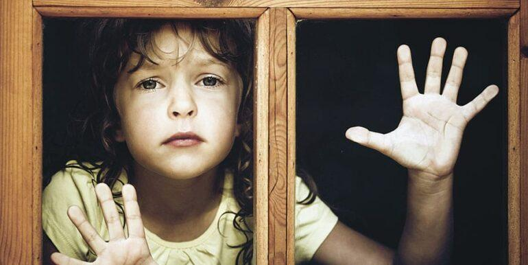 девочка в окне