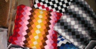 Подушка тунисским вязанием