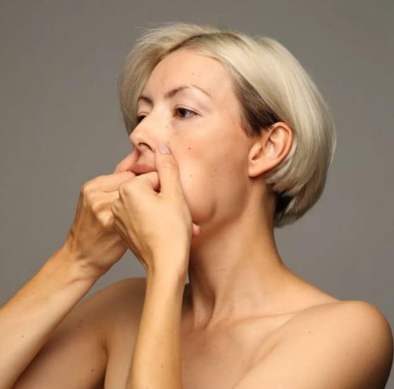 Массаж против носогубных складок