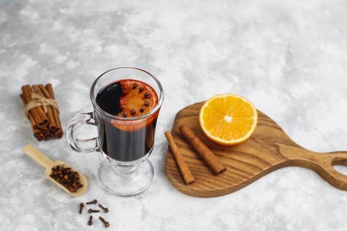 Как приготовить согревающий глинтвейн: рецепты и секреты