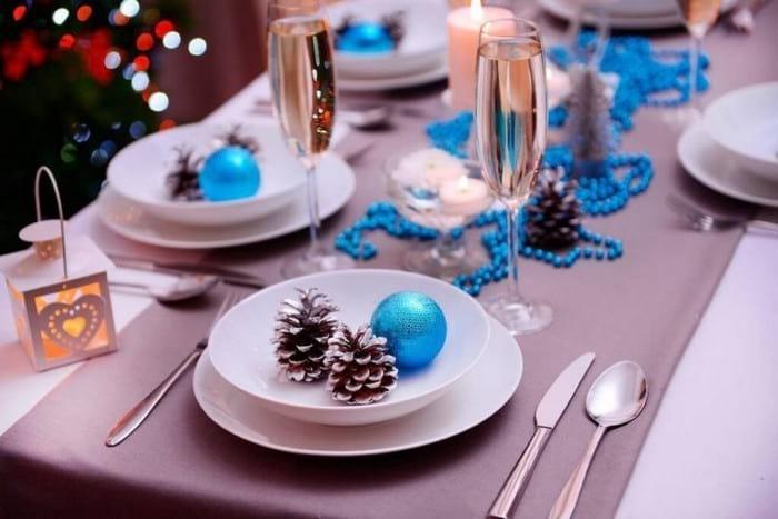 Сервировка и оформление стола на Новый 2021 год: стиль, цветовая гамма, декор