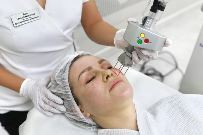 Уход за кожей лица для женщин после 50: домашние и салонные процедуры