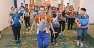 Мамы танцуют с малышами в рюкзачках