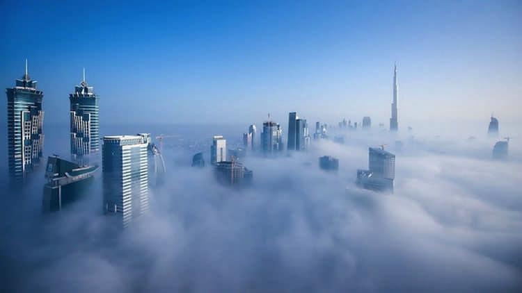 На краю пропасти. Густой туман в городе над облаками