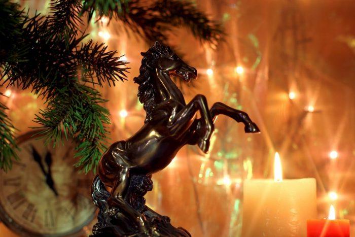 Лошадь черная и свечка