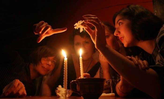 бумага над двумя свечами