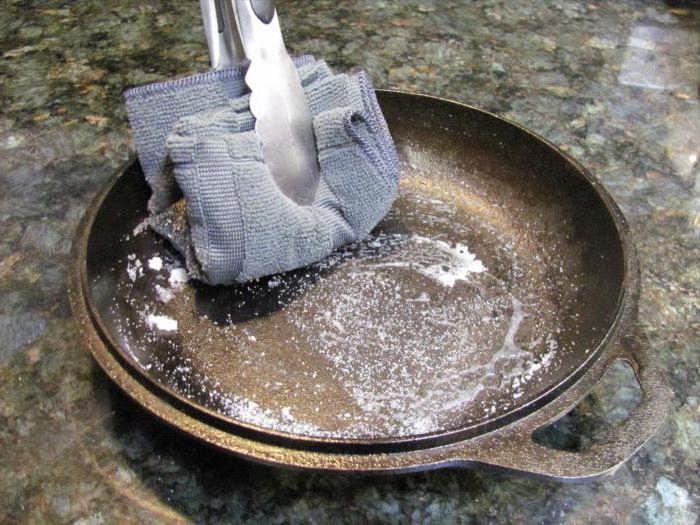 Как отмыть сковороду от нагара и жира с помощью химии и без нее