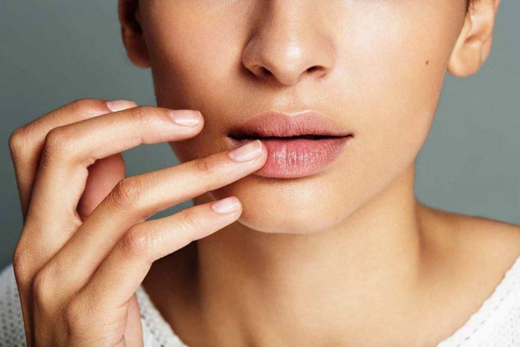 Почему трескаются губы: причины и лечение