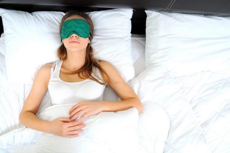 Правильная поза для сна: как подтянуть овал лица после 40