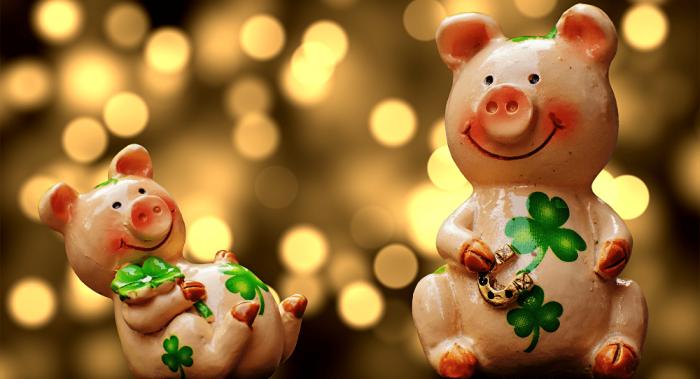 две фигурки свиньи
