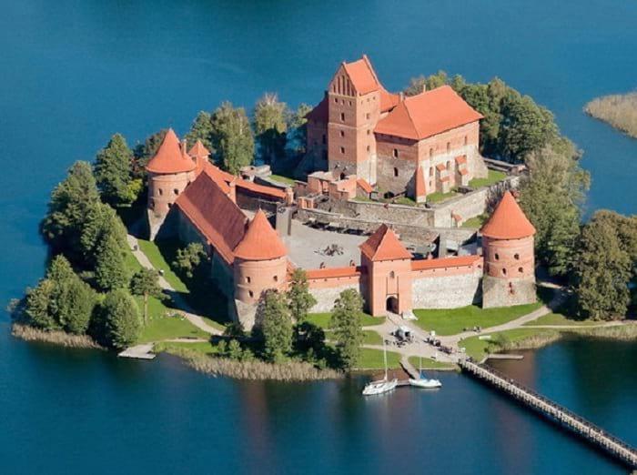 12 величественных замков, окруженных водой