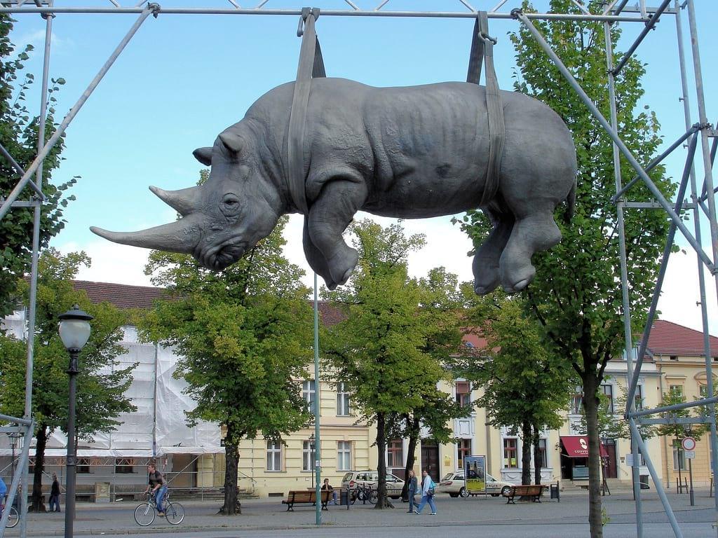 Висящий белый носорог. Потсдам, Германия