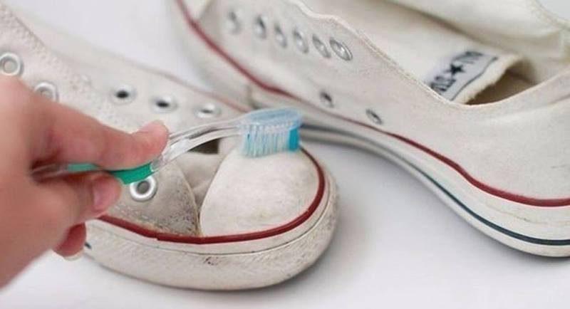 Как почистить белые кроссовки и кеды от въевшейся грязи