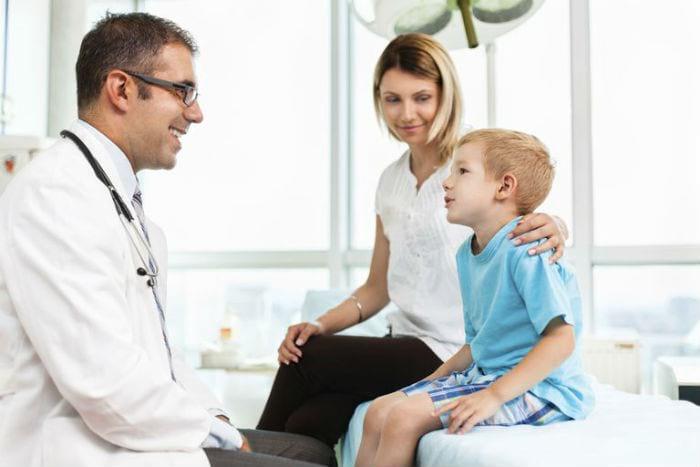 мама с сыном на приеме у доктора