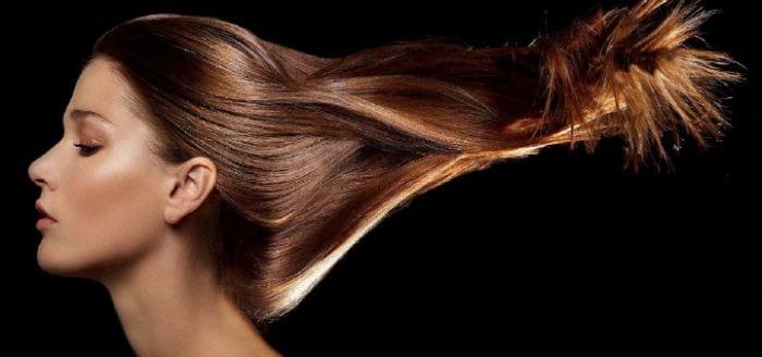 у девушки длинные блестящие волосы