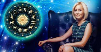астролог Василиса на темном кресле