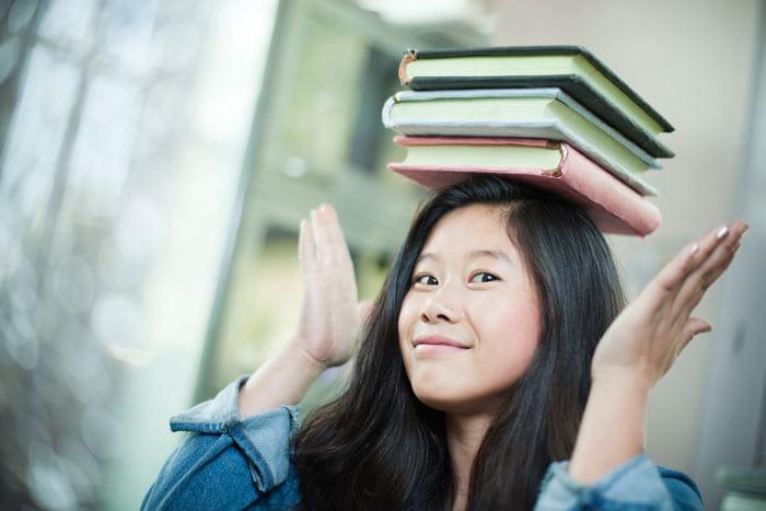 Книжка на голове для осанки