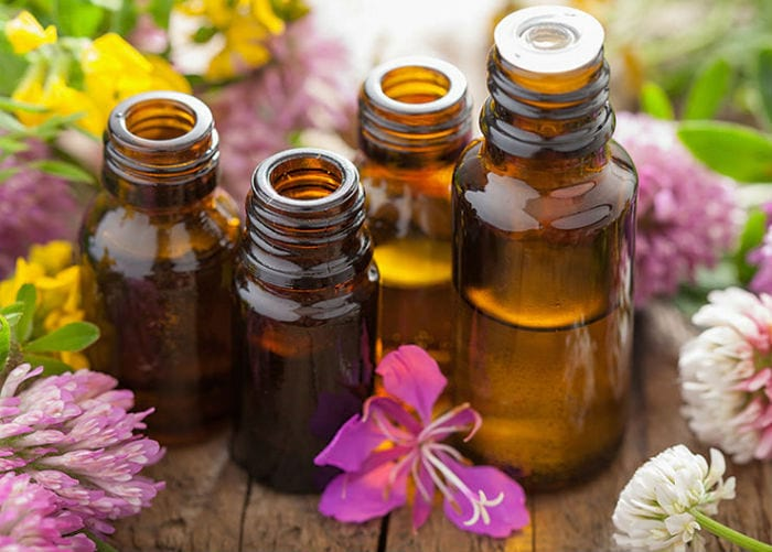 эфирные масла в бутылочках и цветы