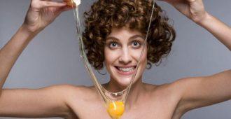 Как мыть голову яйцом вместо шампуня: польза и противопоказания