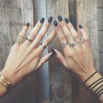 Указательные пальцы обеих рук унизаны кольцами
