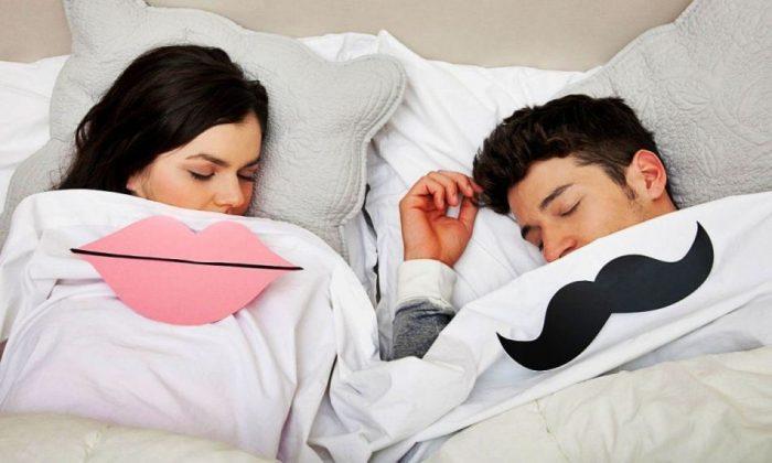 пара спит вместе со смайлами