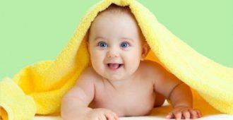 новорожденный под желтым одеяльцем