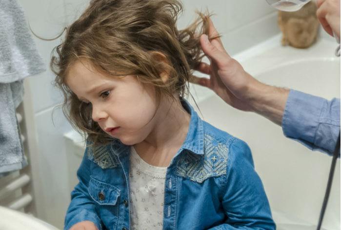 обработка волос девочки
