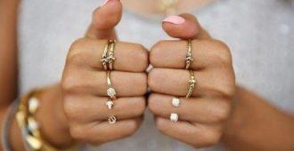 одинаковые кольца на обеих руках женщины