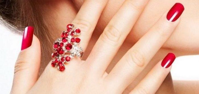 красное крупное кольцо на указательном