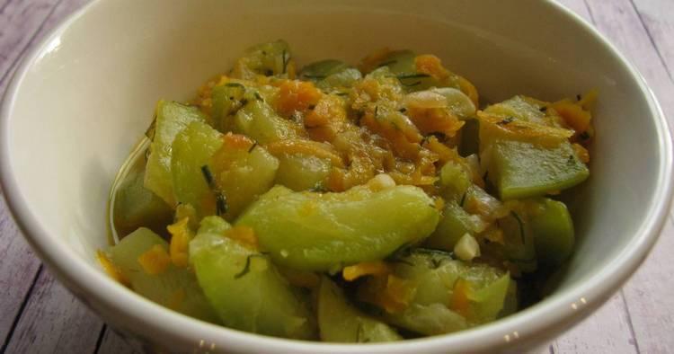 Тушеные кабачки с морковью и зеленью