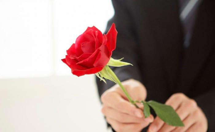 Можно подарить розу