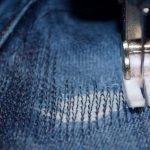 Как заштопать дырку на джинсах на машинке?