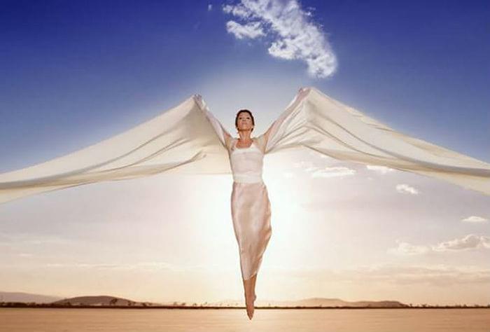 парящая женщина в белом